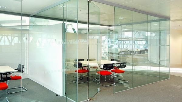 Vách kính cường lực giúp tạo không gian hiện đại, thông thoáng cho văn phòng