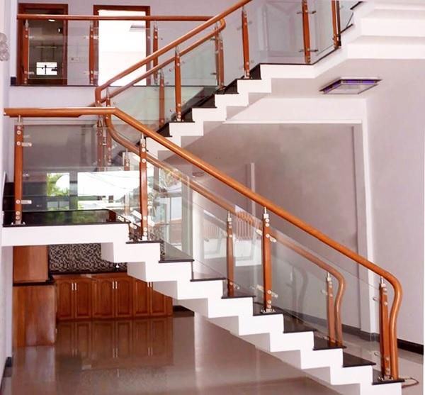 Cầu thang được lắp kính cường lực