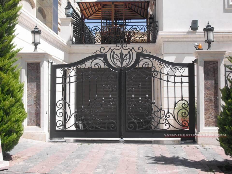 Mẫu cửa sắt 2 cánh đen với thiết kế có họa tiết sang trọng